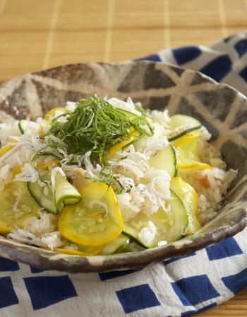 ご飯を炊いておけば、あとは材料と混ぜるだけの簡単ちらし寿司です。 見た目も爽やかで、あっさり美味しく食べられそうですね。
