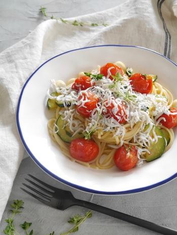 プチトマトがコロンと、見た目にもかわいいしらすパスタです。 彩り豊かなので、栄養バランスもよくて美味しそうですね。