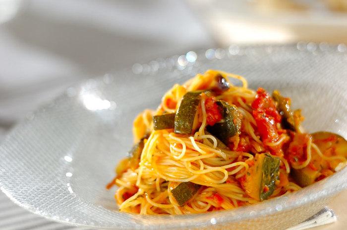 ズッキーニなどの夏野菜とベーコン、トマトの間違い無しの冷製パスタです。 食欲が無い夏でも食べやすそうですね。