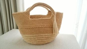 シンプルですが、途中で編み方を変えてラインを入れたり、さりげなく色の違う糸と組み合わせたりと細かい工夫が施されたデザインです。 形もコロンとしていて可愛いですね。