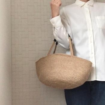 夏の編みバッグといえば、麻素材を思い浮かべる方も多いのでは。自然な風合いは年令問わず人気がありますね。  取っ手には補強を兼ねて本革を巻くことで、異素材ミックスのおしゃれ感もプラス。