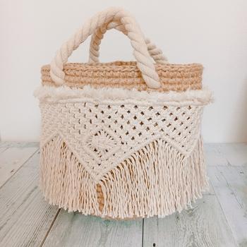 さらにマクラメをぐるりと1周巻いた手の込んだデザインのバッグです。 持ち手がロープなのも夏らしくて素敵ですね。 リゾートに持って行きたくなります。