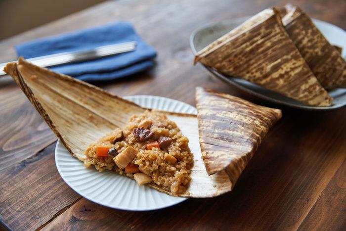 もち米、豚もも肉、水煮のたけのこ、にんじん:、干し椎茸で作る、冷めてもおいしい、中華ちまきレシピ。 竹皮の香りがついた本格的な中華ちまきは、お祝いの席やおもてなしレシピとして、いつでも使えそう。