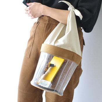 ビニール素材とコットンリネンを組み合わせた、異素材デザインのバッグです。遊び心のあるチューブ型は、シンプルなコーディネートに合わせてワンアクセントにも◎。ハンドル部分はお好みの長さに調節もできます。