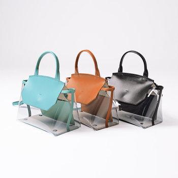 クリア素材とレザー素材をミックスした、異素材デザインのハンドバッグです。カジュアルになりやすい透け素材のバッグを、大人向けに仕上げたアイテム。落ち着いた3色のカラー展開も魅力的ですね。