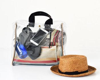 ビニールやメッシュなど、透け素材を採用したバッグは、デイリーコーデをグッと夏らしく格上げしてくれるアイテムです。トートやショルダーなど、タイプ別におすすめの透け素材バッグをご紹介します。