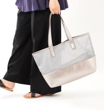 シルバーのメッシュ素材と、ゴールドカラーを組み合わせた大ぶりなトートバッグです。上半分が透けているデザインなので、荷物がすべて見えてしまうのが気になるという方にもおすすめ。付属のミニポーチは取り外し可能なストラップ付きで、貴重品入れなどに便利です。