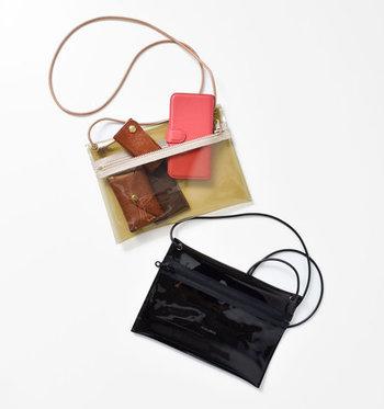 クリア素材を使ったショルダーバッグは、黒とブラウンの2色展開。落ち着いたカラーリングと透け感で、大人っぽさをキープしつつトレンド感もしっかりアピールできます。レザーのコードストラップで、カジュアルになり過ぎないのがポイント。