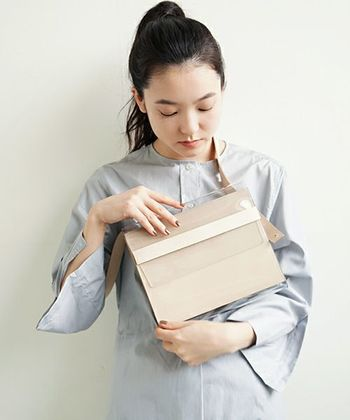 PVCとヌメ革を組み合わせた、上品デザインのショルダーバッグです。透明になっているのはサイドのみなので、荷物が丸見えにならないデザインが◎。外側のクリア部分には紙や写真を入れて、自分の好みのデザインにカスタムすることもできますよ。