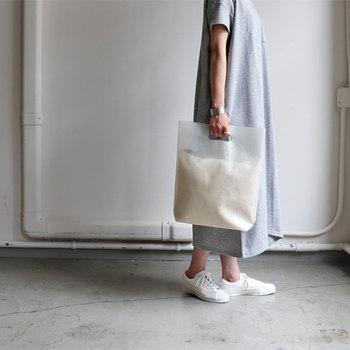 PVG(ビニール)素材を採用した、格子柄のトートバッグです。キャンバス素材の内袋はポーチ仕様になっていて、使い勝手も抜群。内袋はありなしどちらでも使用できるので、気分やコーディネートに合わせて使い方を変えるのもおすすめです。