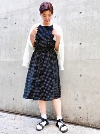 おしゃれさんの間で大人気の「GU」のドットワンピース。シンプルなデザインなので一枚でワンピースとして着たり、パンツとレイヤードしたりと、アイディア次第で様々な着こなし方が楽しめますよ◎。こんな風にショート丈のカーディガンをさらっと羽織れば、清楚で上品な印象に。白×黒のモノトーンの配色もおしゃれな雰囲気です。