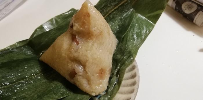 先代の店長である台湾出身の母親と、日本人の父親を持つ現店長が作る本格的な台湾ちまき。醤油味のもち米の中には、豚の角煮や、干しえび、やわらかいピーナッツ、椎茸など入っており、香りも味も◎。いくつでも食べられそう。