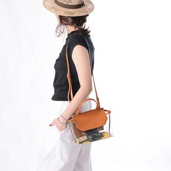 ハンドバッグとしてだけでなく、ショルダーバッグとしても使える2wayアイテム。シンプルなショルダーストラップは、7段階で長さの調節が可能です。