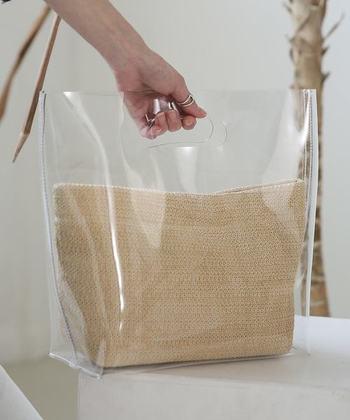 PVG素材のクリアバッグに、ナチュラル素材のベージュポーチをインしたアイテムです。ポーチは取り外し可能なので、好みのものにチェンジしても、そのまま透け感を楽しむバッグとして使ってもOK。夏らしいスタイリングに馴染みます。