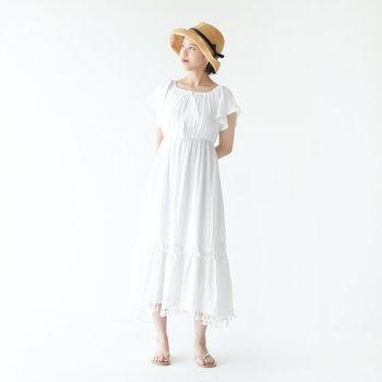 ふわっと広がるフレアスリーブと、すとんと落ちるシルエットでシンプルに着こなせる白ワンピースです。シンプルなトングサンダルとハットを合わせて、リゾート風の爽やかコーディネートに♪