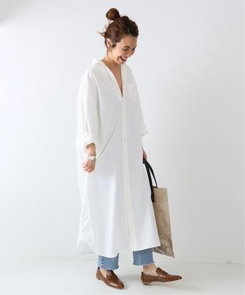 ゆるシルエットで着こなせるシャツワンピースに、デニムパンツを合わせたコーディネートです。タンクトップやノースリーブに合わせて、さっと羽織る着こなしもおすすめ。