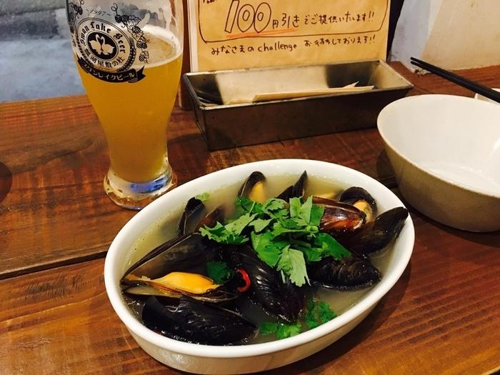 1番人気の「ムール貝のスワンレイクビール蒸し」は、ビールの香りとムール貝の旨みが贅沢なひと品。おつまみも豊富で、ビールが進むこと間違いなしです。