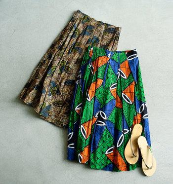 アフリカンプリントを用いたフレアスカートは、フロントにタックを施した上品なアイテム。プリーツ風のラインが、全身をスッキリと見せてくれます。シンプルトップスに合わせたリゾート風のスタイリングが、暑さを楽しむフェスコーデにもおすすめ♪