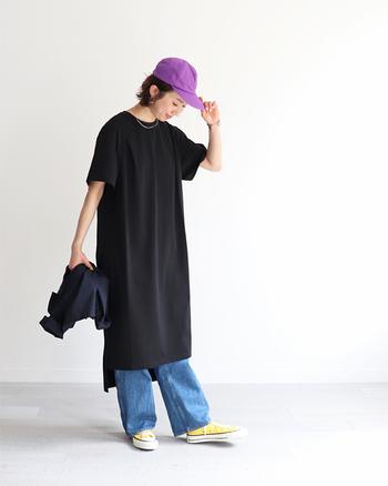ロング丈のTシャツワンピースは、大人ガーリーなのに動きやすいとフェスコーデに人気のアイテムです。デニムパンツやレギンスを合わせたレイヤードコーデや、一枚でさらっと着こなしても、女性らしいカジュアルなスタイリングが楽しめます。
