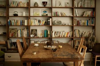 おうちカフェの気分を盛り上げるなら、インテリアにもこだわってみて。こちらは本好きの方におすすめの一例です。オープンな本棚に雑貨や本をたくさん並べると、おしゃれなブックカフェ風に。何冊か表紙を見せるように並べると、メリハリが生まれます。