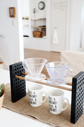 カフェ風のアイテムは、お金をたくさんかけずともDIYすることができちゃいます。こちらのドリッパースタンドは、工具不要で作ることができるそうです。ハンドドリップ派の方にはとても便利なアイテムですね。