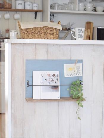 こちらは100均アイテムを使ったDIYブックスタンドです。キッチンカウンターにスタンドを取り付けて、カフェのような雰囲気に。お気に入りの本や雑誌、レシピ本などを置いておくのによさそうです♪