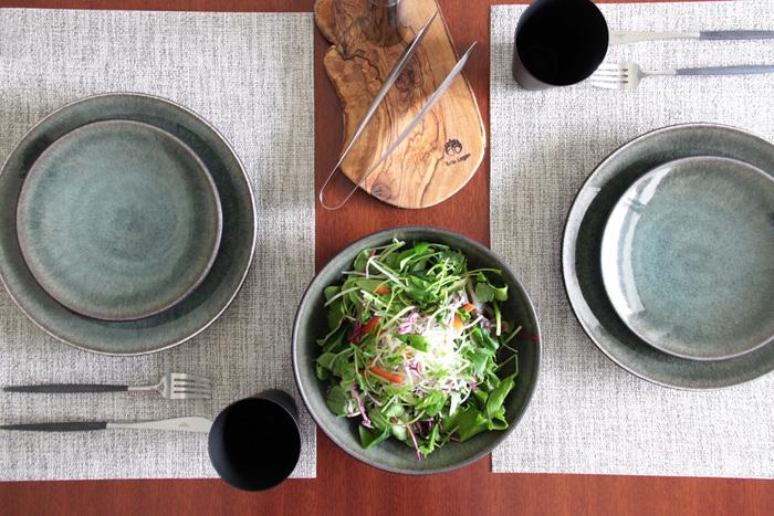 洗練されたおしゃれな雰囲気のこちらのテーブルコーデ。同じシリーズのお皿をサイズ違いで重ねると、カフェ風のおしゃれな雰囲気に。色味を統一したランチョンマットも素敵です。「お皿を重ねる」テクニックも、簡単に取り入れられそうですね。