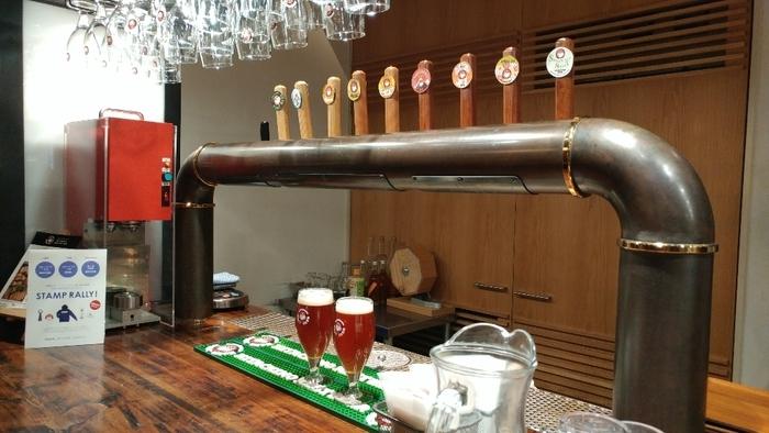 醸造所のある常陸野は水と緑が豊かで、ビール造りに適した場所。材料はビールの本場、イギリスやベルギーから厳選して直輸入したものを使い、ホップもビールに合わせたものにこだわっています。お店では工場直送のフレッシュな常陸野ネストビールのほか、コラボ企画の新作限定ビールなど約10種類のドラフトビールが揃っています。