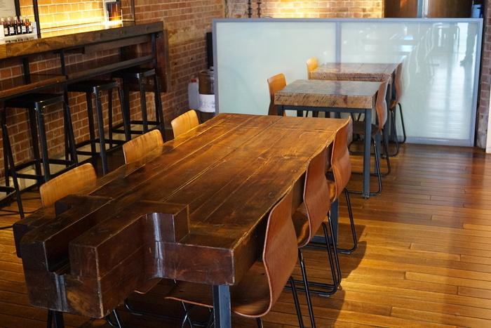 酒槽を再利用した重厚感のあるテーブルは、旧万世橋の赤レンガ造りにマッチしていて、タイムスリップしたようなレトロな雰囲気。