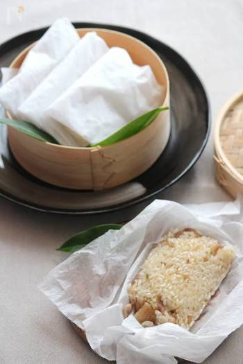 もち米と鶏肉で作る、塩味の中華おこわ。竹皮がない場合は、クッキングシートで代用できて◎。そのままお弁当にも使えそう。