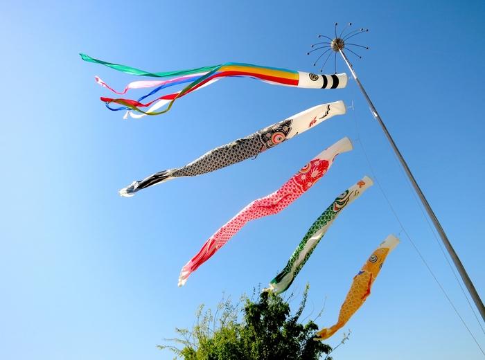 これがちまきの起源と言われており、日本へは奈良時代に伝わりました。五色の糸は、子供が無事に育つようにという、魔よけの意味が込められており、鯉のぼりの吹流しの色にも使われています。