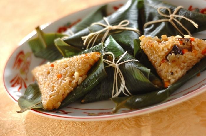 笹の葉で作る中華ちまき。笹の葉で作る場合は、三角に折った際にもち米をこぼさないように、底に鶏肉を入れるのがポイント。