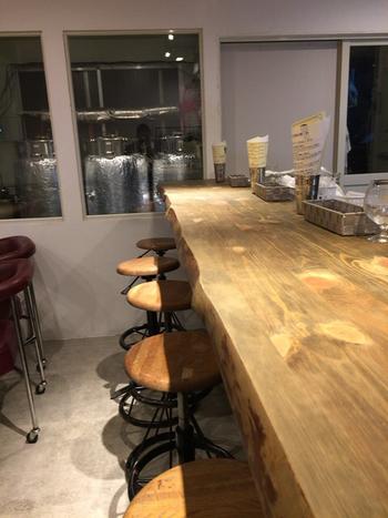 大手ビールメーカー出身の経験を活かし、女性オーナー自ら醸造も手掛けているそう。一枚板のカウンターの奥には、醸造タンクが見えます。
