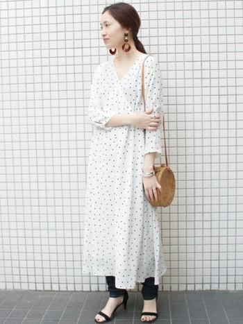 春夏はワンピース×パンツのレイヤードスタイルも大人気です。清楚な「白」のワンピースなら、パンツスタイルでも上品な印象に。華奢なストラップサンダルや大ぶりピアスなど、女性らしい小物使いも素敵ですね。