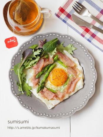 米粉を使ったガレットはもちもち感が特徴。アスパラやハム、卵で彩のいいワンプレートに。カリッとした食感を楽しみたいときは、多めのオリーブオイルで焼くのもおすすめ。