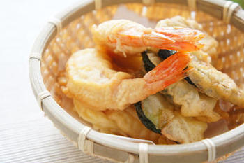 天ぷらも米粉を使うとだまになりにくく、油分吸収率もダウン。さらに、普通の水の代わりに炭酸水を加えるとよりカラッと仕上がります。