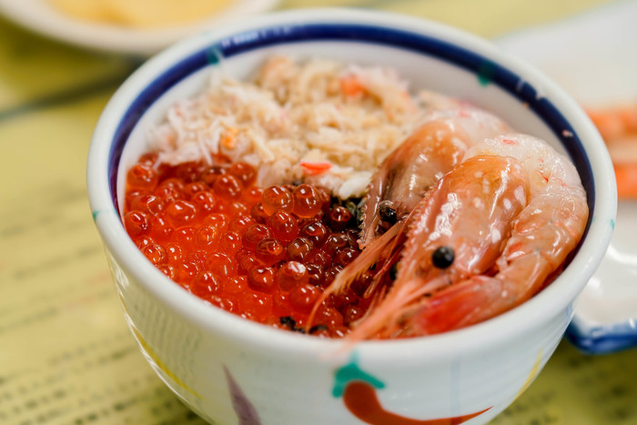 ◆「きくよ食堂 本店」◆ 函館朝市に本店・支店の2店舗、ベイエリアに1店舗ある、海鮮丼で人気の食堂。なんと、函館朝市の海鮮丼発祥のお店でもあるんですよ。  このお店では、好きな具を選んで丼ぶりにできる「お好み丼」があることが大きな魅力。いくら、えび、かになど・・朝市内なので海鮮が美味しいことはもちろんですが、人によって、この具をたっぷり食べたい!という、好みは異なるものですよね。ぜひ、大きな牡丹海老の甘みをご堪能あれ!