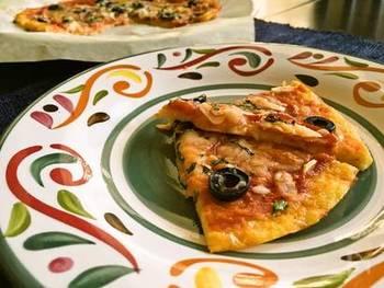 粗めのおろし金でカリフラワーを細かくして、米粉と一緒に生地に練りこんだグルテンフリーのピザ生地です。一度焼いた後にトマトソースや具材をトッピングして、再度オーブンでチーズがとろけてこんがりすれば完成です。