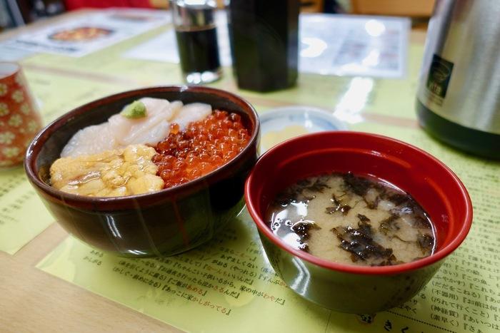 北海道ならウニははずせない!けれど、イクラもすてがたい・・!そんな方にピッタリなのが、きくよ食堂イチオシの一番人気メニュー「元祖函館 巴(ともえ)丼」。ほたてにだけちょっと醤油をたらして・・いただきます!!