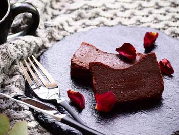チョコレート、卵、バター、砂糖のシンプルな材料で作るクラシックガトーショコラのレシピ。生チョコのようなリッチな舌触りが楽しめます。