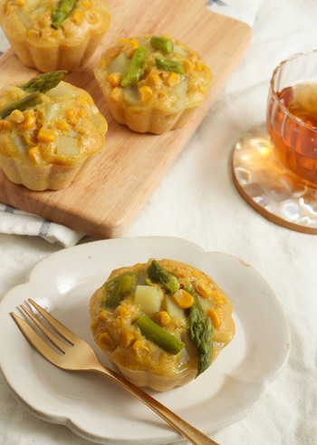カレー風味が食欲をそそる、米粉を使ったお惣菜蒸しパンのレシピ。アスパラやコーン、じゃがいもなど具だくさんで美味しそう。具材を変えて、アレンジも楽しめます。