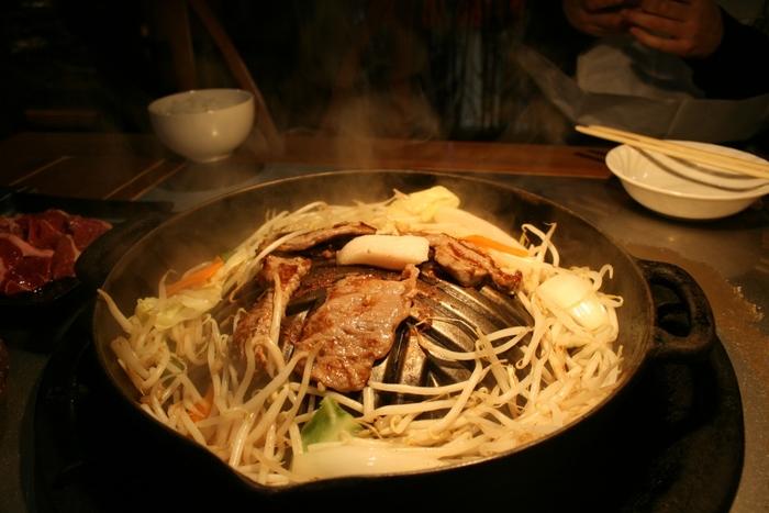 ◆「ジンギスカン羊羊亭(めいめい亭)」◆ 函館に来たらぜひ食べたいのが、ジンギスカン。もちろん海の幸も美味しいですが、羊肉も負けないくらい美味しいんです。「ジンギスカン羊羊亭(めいめい亭)」は、市電「魚市場通り」から徒歩約5分の場所にある人気店。金森赤レンガ倉庫や朝市の観光ついでに寄りやすい場所にありますよ。  さて、お目当てのジンギスカンは・・・食べ放題と、単品から選ぶことができますが、せっかくなので、食べ放題にしてみてはいかがでしょう* 食べ放題メニューには、豚肉や野菜なども含まれています。特に生ラムは臭みがなく、初めて羊肉を食べる方にも食べやすいのが特徴。あまりお腹がもたれないので、1日を締めくくるディナーにもぴったりですよ。