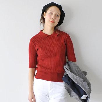 程よいフィット感が魅力のリブ仕立てのニット。ちょっとレトロな雰囲気ある赤がとてもチャーミング。ベレー帽もよくお似合いです。