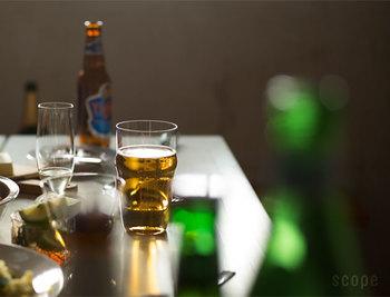 最近流行りのクラフトビール。日本のメーカーからも、様々なスタイルのビールが登場していますよね。筆者にとっての第1次ビールブールはかれこれ10数年前、いやもっと前?のベルギービールだったけれど、近年はIPA(インディアペールエール)にも夢中。そんなこんなでビールもこだわりだすと、ただ喉を潤すだけのものじゃなく、もっと深く味わいたいと思うものです。前置きは長くなりましたが、ビール愛好家さんに、おすすめのかっこいいビアグラス。ビールが一段上の洒落た飲み物に見えてくるから不思議です。