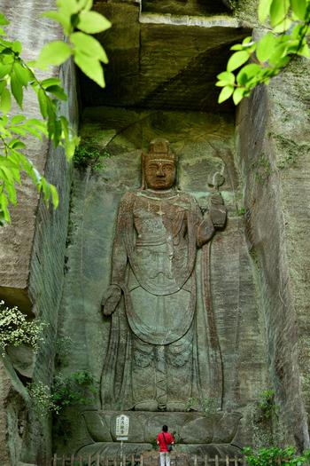 実は、鋸山のほとんどが「日本寺(にほんじ)」というお寺の敷地になっています。山頂付近は多くの石仏があり、こちらの「百尺観音」は見上げるほど大きく圧倒されます。