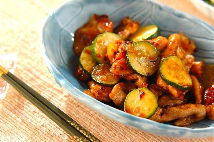こちらも炒めるだけの簡単レシピ。ズッキーニを最後に加えるのがポイント。豆板醤のピリ辛風味がクセになります。