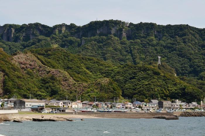 はじめにご紹介するのは、千葉県富津市の「鋸山(のこぎりやま)」です。正式名称は「乾坤山(けんこんざん)」。山の石は、古くは房州石と呼ばれ、良質な石の産地として、江戸時代から盛んに採石が行われていました。その山肌が鋸の歯のように見えることからこの名で呼ばれるようになったそう。標高は、329.4mと低い山ですが、山頂から東京湾が一望できる人気の山です。