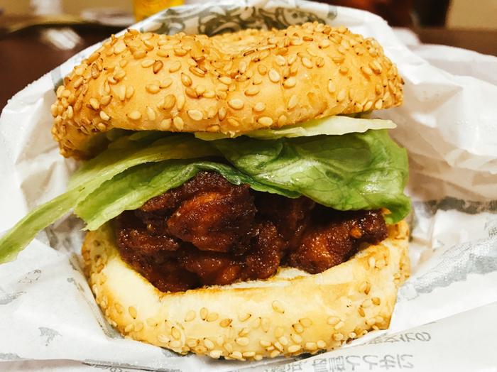 「チャイニーズ・チキンバーガー」が不動の看板メニュー!函館市民のソウルフードとして、ダントツ人気の一品。  そして、併せて注文したいのが・・・