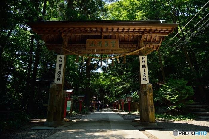 山の中腹にある「薬王院」。参道の入り口にある浄心門をくぐると、凛とした空気を感じます。諸説ありますが、高尾山薬王院は、今から約1300年前に奈良の大仏を建立したことで有名な僧侶、行基(ぎょうき)が開山したとも言われている歴史のあるお寺なんです。