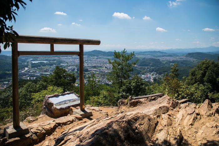 山内の金刀比羅神社には、鳥居が2つあります。こちらは二ノ鳥居で、奥多摩や奥武蔵の山々を見渡すことができます。